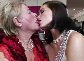 Horny babe doing a chubby mature lesbian