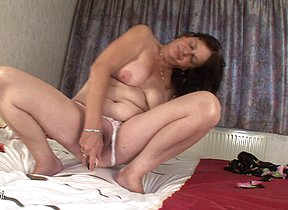 Horny mature slut playing with her gungy pussy
