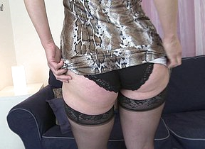Hairy housewife playing with herself on the siamoise