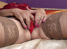 Hairy mature floozy playing with her pussy