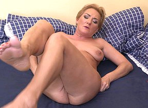 Sex-mad housewife effectuation with her wet pussy