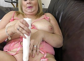 Chubby British housewife playing give her pussy