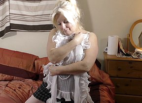 Curvy British housewife playing with himself