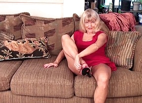 Slutty granny stretches her pussy in really hot