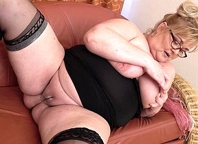 Curvy mature BBW playing with her wet pussy