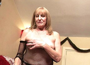 British mature slut getting her old pussy wet