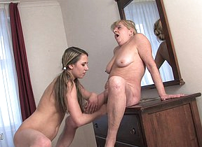 Granny loves to play with a younger fanny