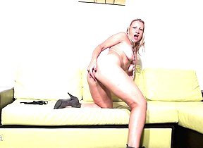 Hot peaches housewife getting herself wet and horny