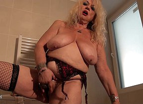 Naughty mature floosie playing in the bathroom