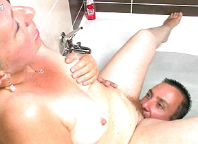 Horny full-grown slut fucking in the bathtub