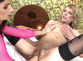 Offbeat mama getting fisted by a horny babe