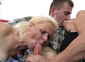 Two mature sluts enjoy a big cock in threesome