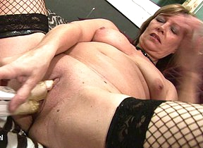 Mature slut playing all round her wet pussy
